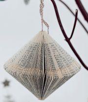 Her får du 6 gode idéer til julepynt, som ikke kræver meget andet end en tur forbi bogreolen. Du kan nemlig lave din egen unikke julepynt ud af smukke sider fra gamle aflagte bøger. God fornøjelse ...
