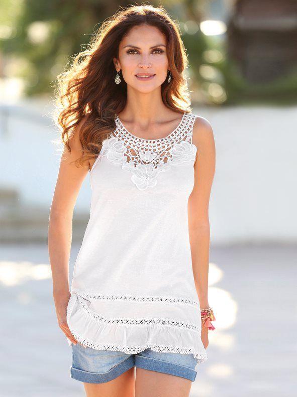 f3a595ff0f2 Esta camiseta de marcada tendencia romántica con aplicaciones de puntilla  en el escote, llenará tu armario de fantasía y feminidad. -Venca-009848