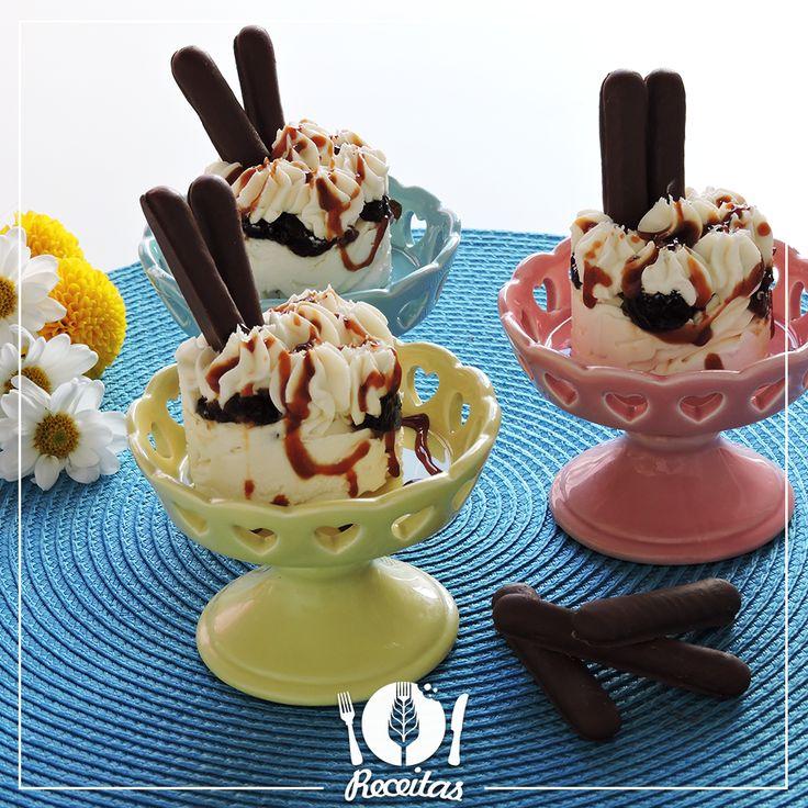 Aprenda essa deliciosa receita de sorvete de coco com ameixa e chocolate, a combinação perfeita de sabores que vão refrescar o verão!