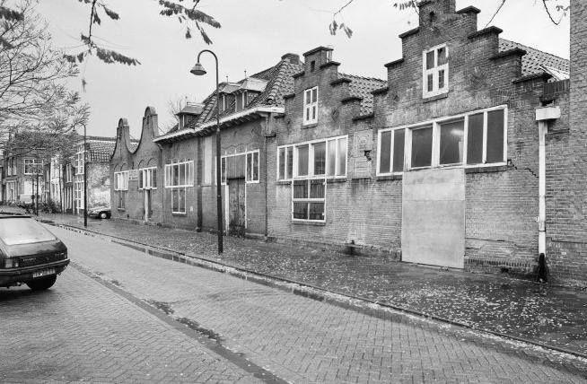 Restanten Plateelfabriek Zuid Holland aan de Raam. In de eerste helft van de twintigste eeuw was het Gouds plateel wereldberoemd. Plateel was fijn aardewerk, dat met de hand beschilderd was. Het oudste en grootste bedrijf was Plateelbakkerij Zuid-Holland aan de Raam, kortweg Plazuid genoemd.