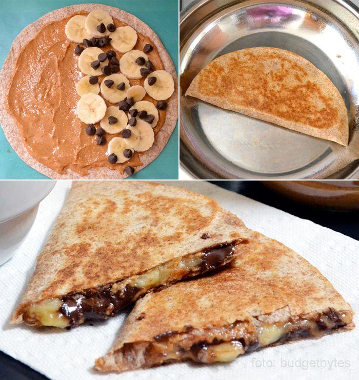 Tortilla + manteiga de amendoim + banana + gotinhas de chocolate amargo = delícia do dia!