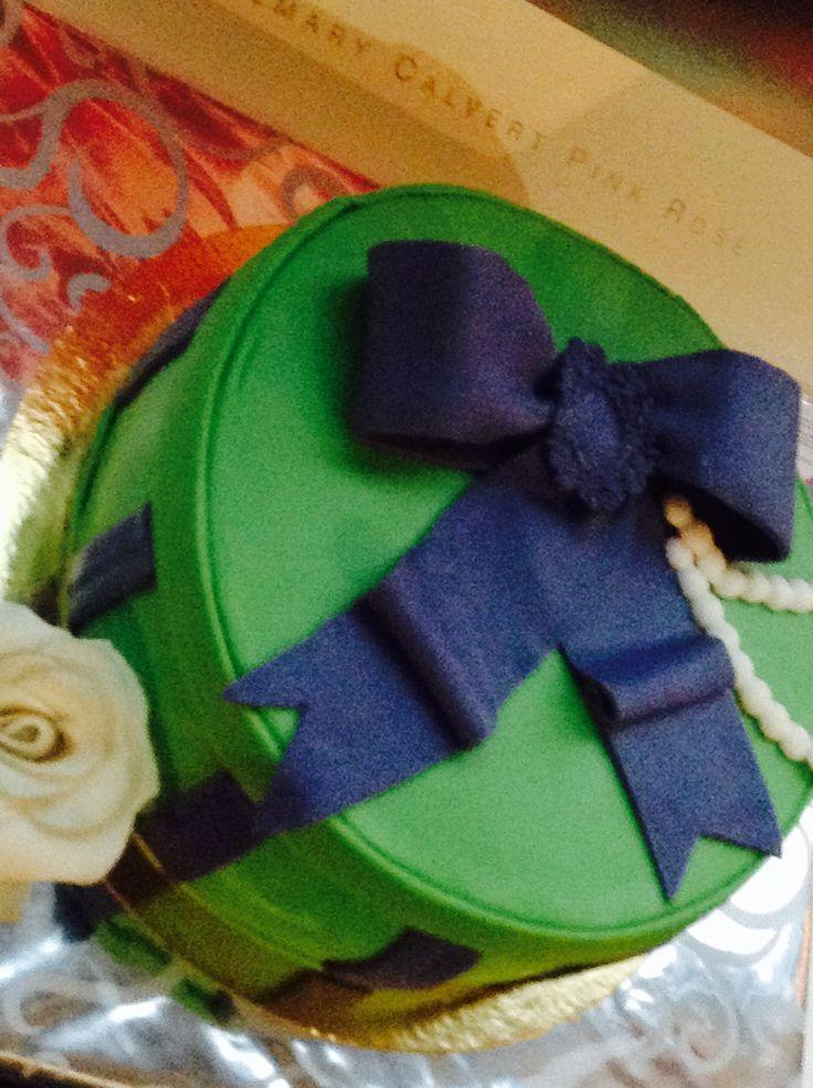 Taart á la Vintage doos met strik, broche en parels. / Vintage box cake with bow, broche and pearls.