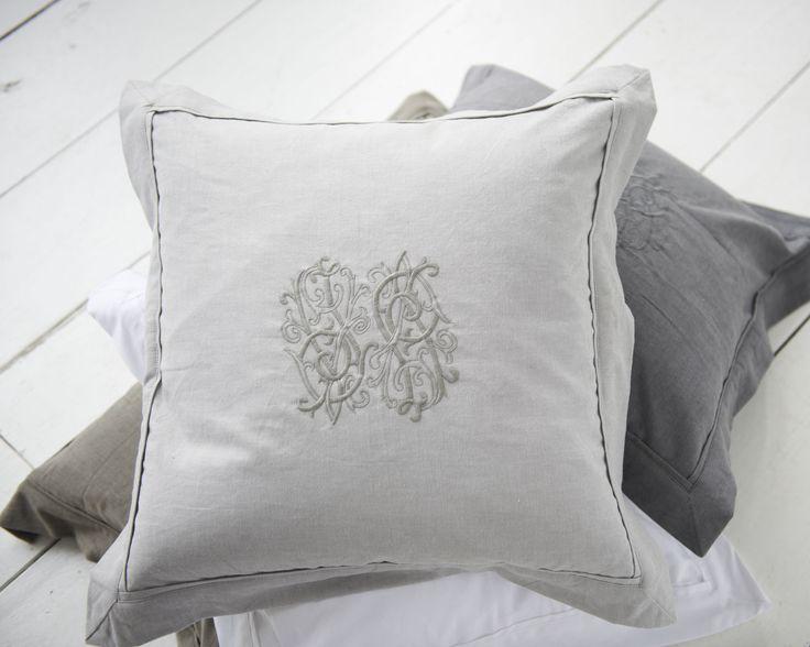 Florence kussen - beddengoed - kussens slaaplamer - slaapkamer decoratie - tijdloos bedlinnen - geborduurd kussen - grijs dekbedovertrek - grijs beddengoed