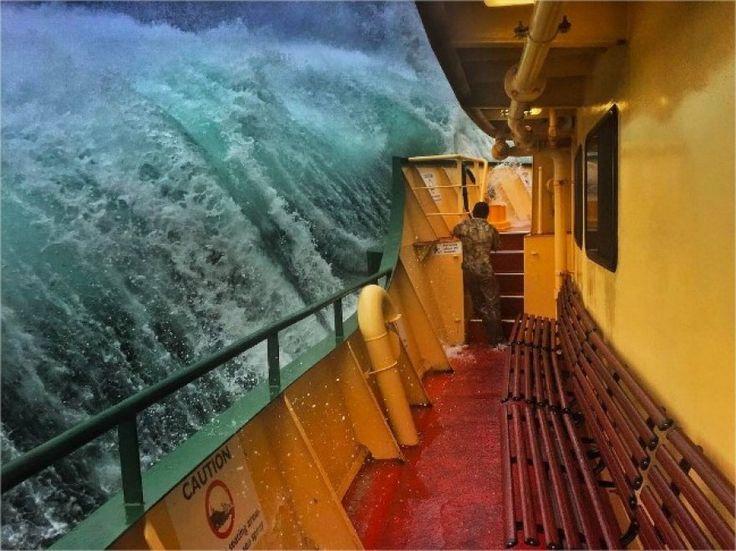 Un muro d'acqua sollevato dal mare in tempesta: è lo scatto realizzato da un marinaio a bordo di un traghetto nelle acque di Sydney un istante prima che l'onda si infranga. ''Un buon giorno per lavorare'', ha commentato sul suo profilo Instagram Haig Gilchrist, autore di tante istantanee che raccontano il lavoro in nave come un diario di viaggio