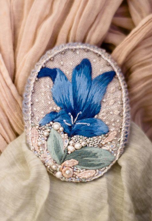 Купить Текстильная бохо брошь с вышитым цветком - серый, голубой, серебрянный, брошь, брошка