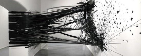 Monika Grzymala - Raumzeichnung - Installazione realizzata con 5 km di nastro nero