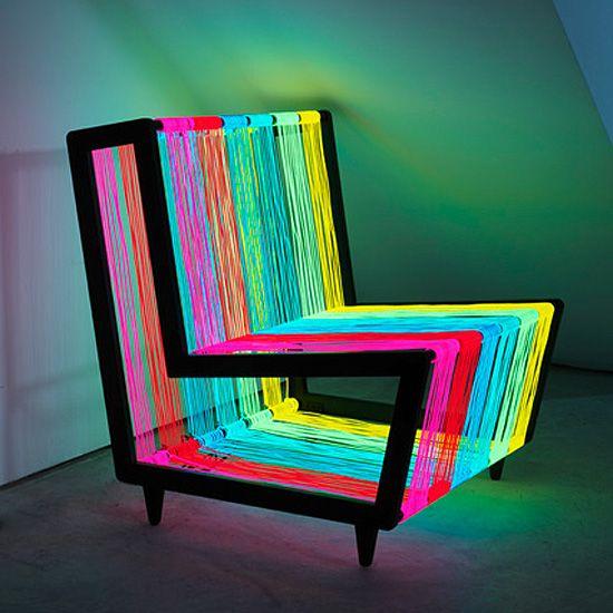 A Disco Chair, por exemplo, é totalmente vibrante e combina com uma decoração jovem e moderna. Produzida pela KIWI, ela tem uma estrutura envolta por 200 metros defios eletroluminiscentes. Além de ficar em iluminação constante, tem a opção de pulsar (e manter suas luzes piscando).