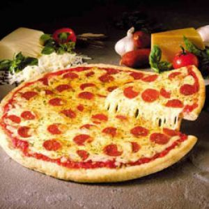 Pizza.  Ingrediente:     1 aluat, 4 linguri pasta de tomate, 1 lingura oregano, 6 linguri cascaval ras   sau parmezan, 8 rosii oparite, 100 g creveti, 100 g carne de pasare, 100 g   sunca fiarta taiata fasii, 100 g salam, 200 g mozzarella, 1 conserva mica de   ciuperci, cate o jumatate de ardei rosu si verde taiati fasii, sare si piper   macinat proaspat dupa gust
