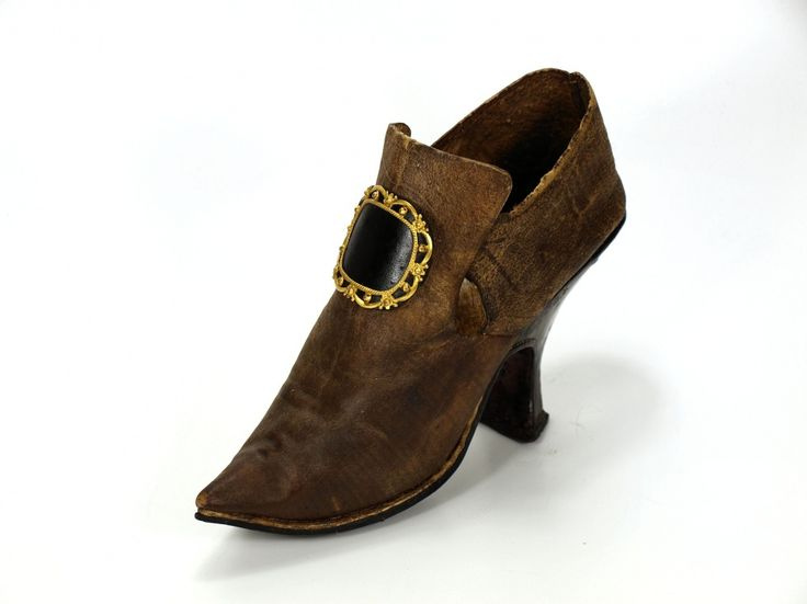 Lady's shoe, 1720-1740, light brown stiff leather, wood, straight lasts. Metal buckle not original. There is a glaze applied to the leather, bright leather lining (which has darkened). Museum Weißenfels - Schloss Neu-Augustusburg