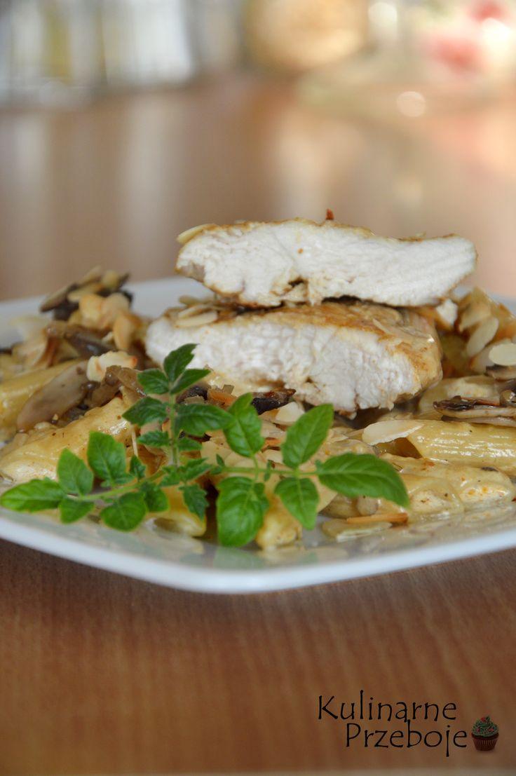 Filet kurczaka z pieczarkami i migdałami w sosie śmietanowym - KulinarnePrzeboje.pl