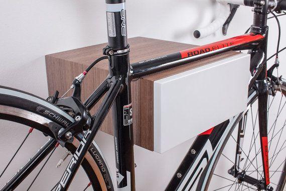 Producto: estante para guardar bicicletas en la pared interior Ajustes para motos con anchura de manillar de 52 cm (desde centro del tubo superior hasta el final del manillar es de 26 cm). Peso de la bicicleta para almacenar: cca 12 kg. Anchura de ranura: 48 mm Dimensiones: Ancho: 300 mm Altura: 130 mm Profundidad: 340 mm Nota: Cada estante de la bici es única y puede tener pequeñas diferencias en color y grano de madera. El estante de bicicleta es enviado con todos los tornillos necesari...