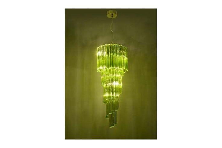 O lustră somptuoasă din sticlă susținută de o structură metalică. Disponibilă în culorile verde intens și violet. Din colecția Modern by Atas Lighting