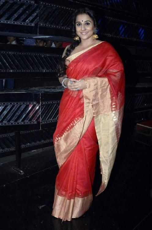 Vidya Balan on Indian Idol : Vidya looked lovely in a Mint N' Oranges sari with Motifs by Surabhi Didwania jewelry. I just think that this look would have been without that nose ring. Anyway, all in all, she looked great.