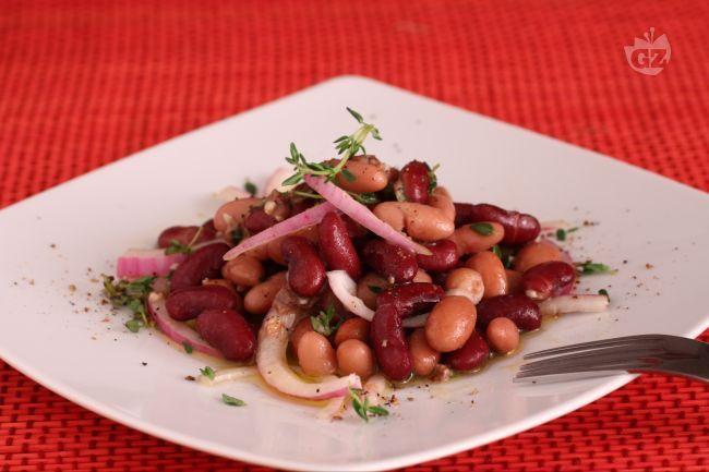 L'insalata di fagioli alla romana è un contorno rustico e sostanzioso in cui i borlotti vengono conditi con olio extravergine di oliva, acciughe tritate, aglio, timo, pepe e cipolla.