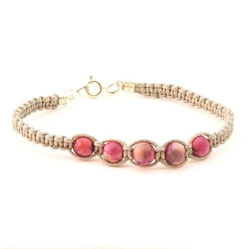 geknoopte armband met roze kralen en licht bruin koord