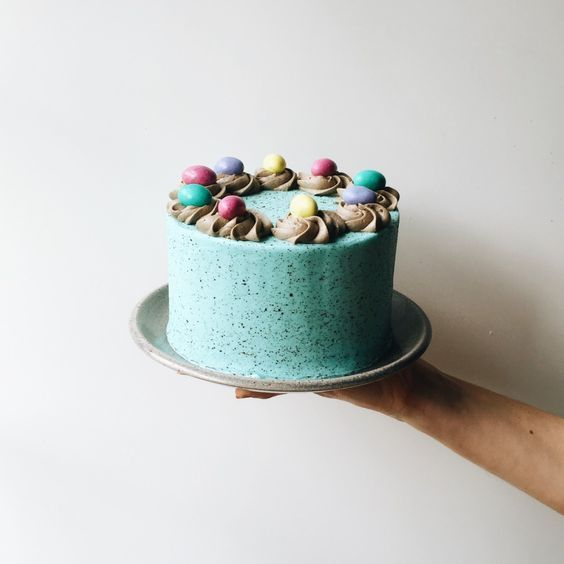 Easter Cake Tutorial Recipe by The Wood and Spoon Blog / thewoodandspoon.com. How to make this robin's egg blue speckled splatter cake with mini eggs on top. Step by step guide to make this holiday layer cake that is perfect for your Easter and Good Friday celebration!