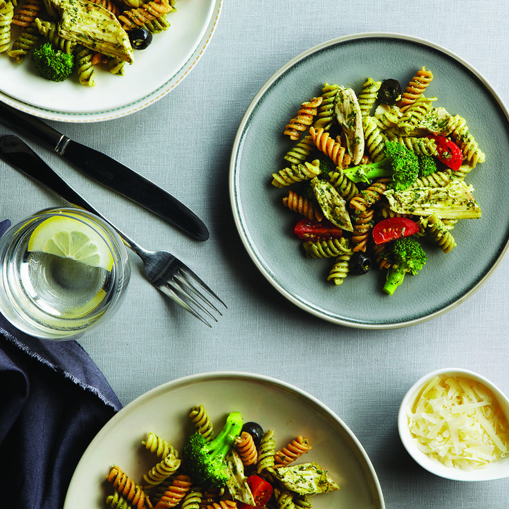 Salade de rotini avec brocoli, poulet et pesto
