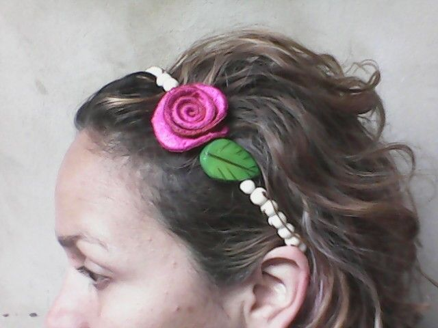 Collar o accesorio para el cabellos, hecho con semillas amazonicas y rosa en piel de naranja