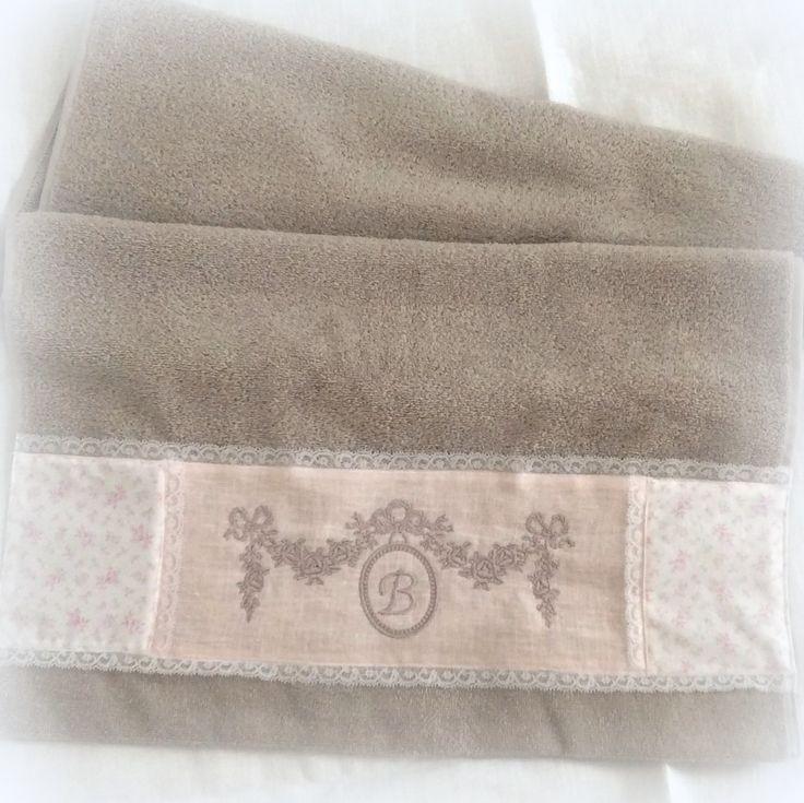 Serviette de toilette taupe brodée guirlande de rose : Textiles et tapis par lolitarose
