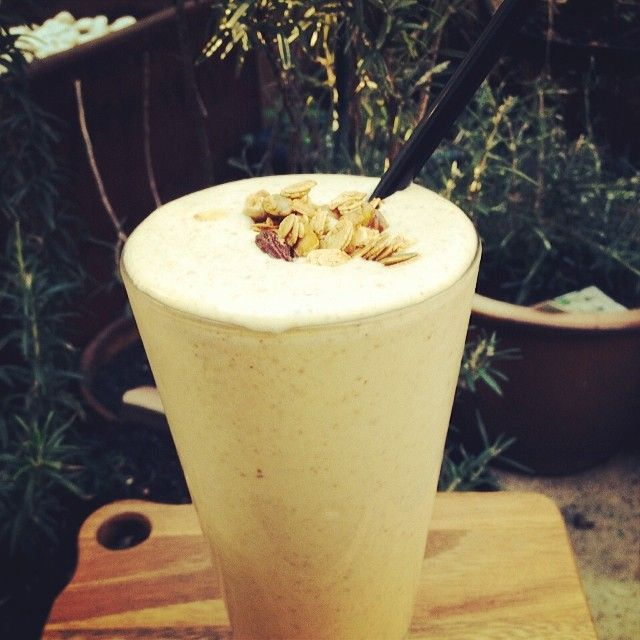 Starting from tomorrow is our latest #superfoodsmoothie, this time a breakfast option - our Spiced Muesli Smoothie. Made with #banana #peanutbutter #sonoma honey spiced muesli #almondmilk #peaprotein #gojiberries and #flaxseeds. Hope you all enjoy! #eatwell #oorganicproduce #certifiedorganic #vegan #healthyeating #healthyliving #surryhills #bondijunction #crownstreet #sydneycafe. Thanks @sonomabakingco for the muesli!