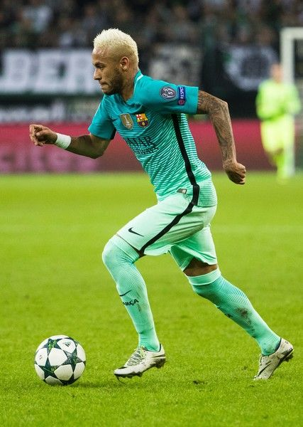 Barcelona's Brazilian forward Neymar runs with the ball during the UEFA Champions League first-leg group C football match between Borussia Moenchengladbach and FC Barcelona at the Borussia Park in Moenchengladbach, western Germany on September 28, 2016. / AFP / Odd ANDERSEN
