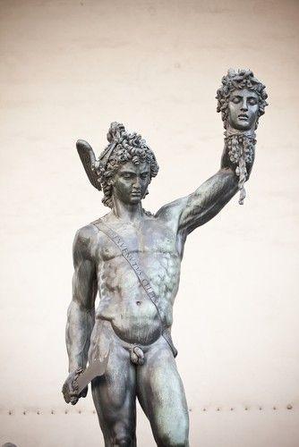 Estátua de Perseus segurando a cabeça da Medusa. Benvenuto Cellini, 1545. Foto: kubais / Shutterstock.com