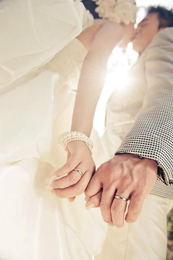 ピントは指輪に、下からのアングルでこんな手つなぎ写真も素敵です。