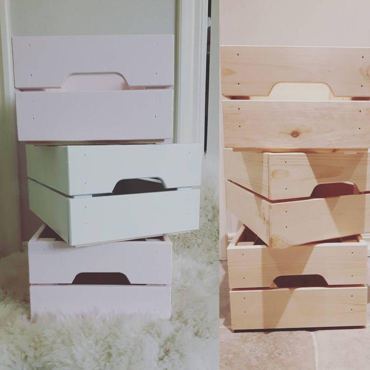 Hade lite svårt att hitta de perfekta lådorna till Junis rum, så det blev ett #ikeahack med lådorna knagglig. Perfekta att förvara favorit böckerna och alla hennes kaniner i! ☺ #barnrumsinspo #nordickidsliving #barnrum #mintgrön #littleone____