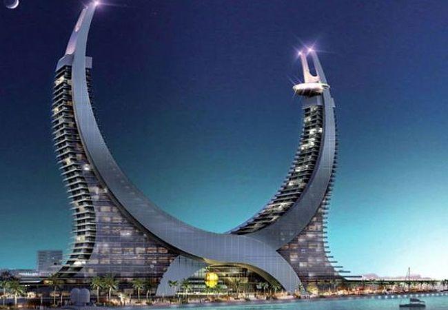 Qatar, no Oriente Médio, sediará a Copa do Mundo de 2022. E eles já estão se preparando para o maior evento de futebol. A Katara Hospitality, empresa especializada em acomodações 5 estrelas, já planejou o seu empreendimento dos sonhos. Inspirado no brasão da Arábia Saudita, o prédio, que também pode ser comparado à lua crescente, acomodará os aficionados por futebol com total conforto.