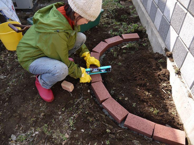 レンガで花壇を作る方法を解説しています。水平をしっかり調整したり、レンガの並び、接着剤として使うモルタルの量などがポイントになります。DIYの花壇はとてもオシャレでガーデニングが楽しくなります♪