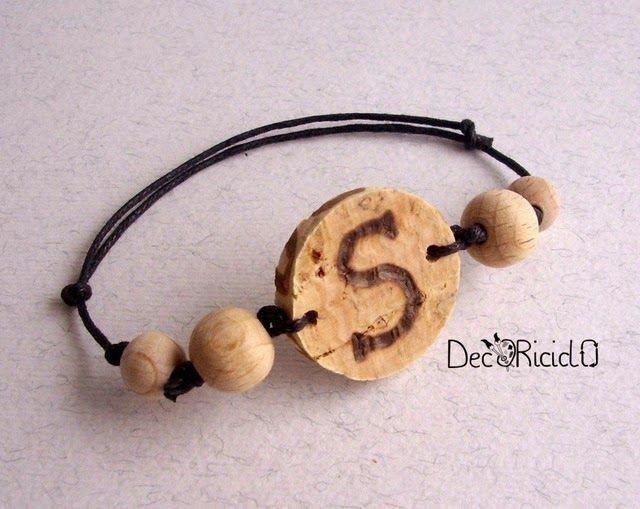 decoriciclo: braccialetto regolabile con rondella di sughero e perle di legno grezzo. Personalizzato con l'iniziale del nome pirografata.
