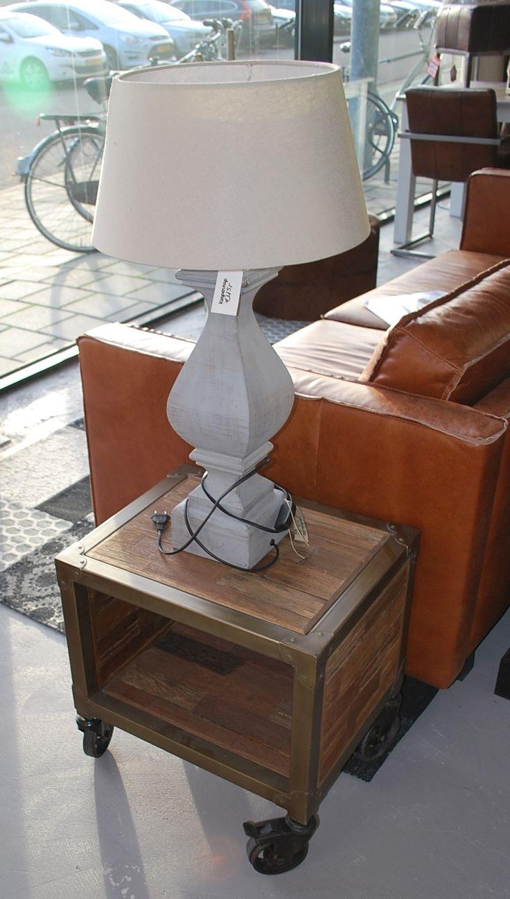 Prachtige lamp #lamp #prachtig #kruk #bank  #couch #wood #ijzer #wielen #leather #wittelamp #lampenkap #grey #white #brown #carpet #meubelsenmeer #meubels #en #meer #mijdrecht #interieurwinkel #interiorstore #store #winkel