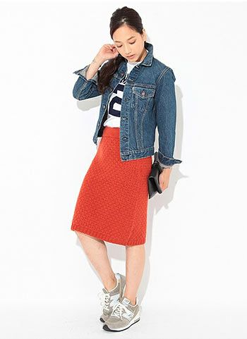 デニムジャケット+赤スカート+グレースニーカーのコーデ | 花子