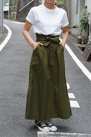 デンマーク軍のカバーオールを ハイウェストのかわいいスカートにリメイクしました! ヘリンボーンの丈夫でしっかりした生地感と ウエストに巻く同生地のリボンが特徴です◎ ミリタリーのカッコ良さもありながら、 ロング丈で女性