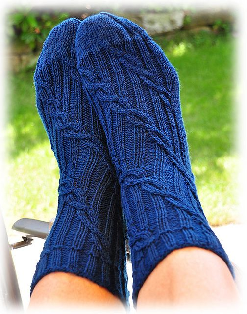 FREE - Ravelry: Project Gallery for Blaue Lagune pattern by Christa Hartmann Diagonally running cables on a ribbing background. Neat!