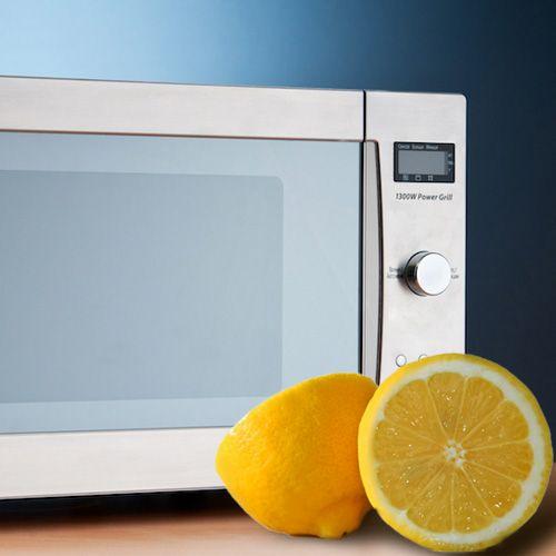Для того, чтобы очистить микроволновую печь от загрязнений, не обязательно применять специальные и дорогостоящие средства. Узнайте о том, как это сделать с помощью обычного лимона.