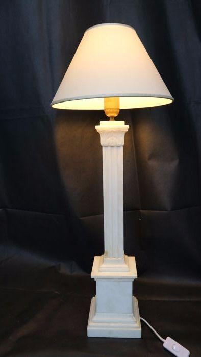 Marmeren kolom vormige lamp - vanaf de tweede helft van de 20e eeuw - Italië  Lamp in wit marmer met aders (zie foto's voor meer details)Vorm: kolom met hoofdsteden met loof en ribbels werken elektrisch systeem met aan/uit-knopVoorwaarde:zeer goed zie foto's voor meer detailsGrootte:Gewicht 6935 kg baseren 142 cm X 142 cm kolom hoogte 38.2 cm totale hoogte 555 cm (zonder de lamphouder en steun)Samenstelling:MarmerDit item zal worden verpakt en verzegeld en vervolgens verzonden via een van de…