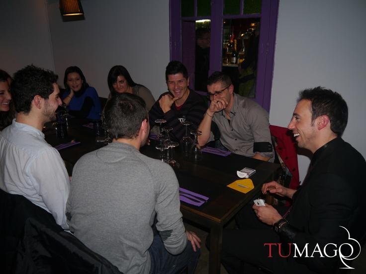 Magia de cerca entre los comensales en el experience restaurant Tarannà. Predicciones gastronómicas, ilusionismo corporativo y magia familiar. www.tumago.com