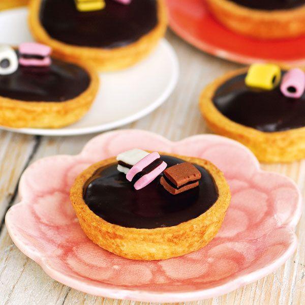 Lakritz-Karamell-Tarteletts - Entweder man liebt Lakritz – oder man ist einfach noch nicht auf den Geschmack gekommen. Mit diesen kleinen Tarteletts lassen sich Skeptiker überzeugen.⎜Küchengötter