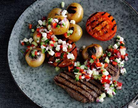 Billede af Grillet oksebøf med sprød grønsagsdressing og grillede kartofler