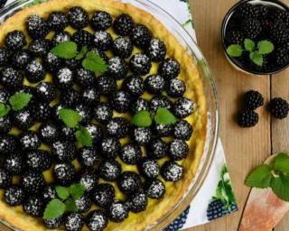 Tarte aux mûres, au fromage blanc et à la menthe fraîche : http://www.fourchette-et-bikini.fr/recettes/recettes-minceur/tarte-aux-mures-au-fromage-blanc-et-a-la-menthe-fraiche.html