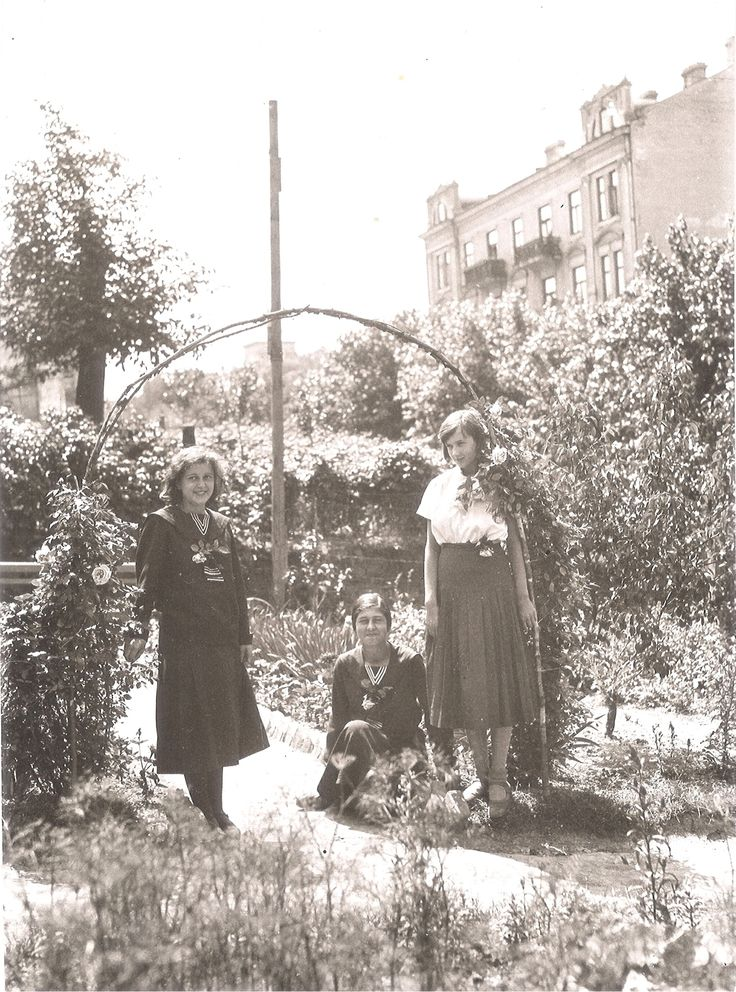 Poniżej: dziewczęta w ogrodzie, a w tle kamienica przy Ogrodowej nr 10. Ok. 1930 r. źródło; Śmigły