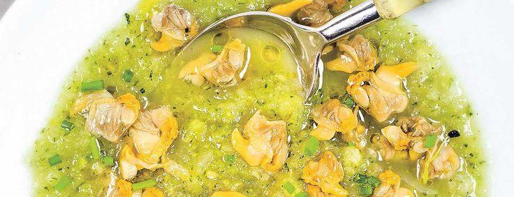 Het recept voor deze courgette venkel soep met kokkels komt uit het boek Vis uit blik van Bart van Olphen (visexpert en eigenaar van Fish Tales).