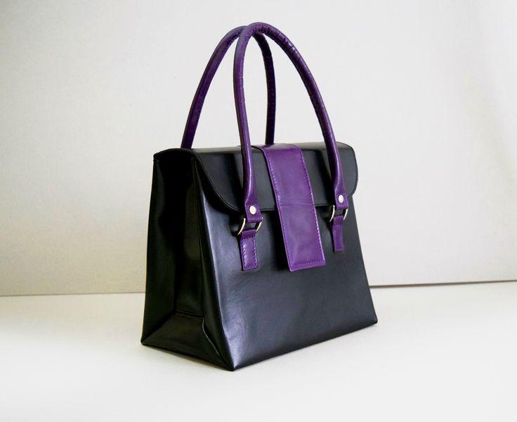 Женская сумка из натуральной кожи Цвет: чёрный, фиолетовый Материал основы: натуральная кожа Материал подкладки: вискоза Цвет фурнитуры: никель Размеры (см.): 24*22*16 Особенности: Сумка по эскизу заказчика. 2 больших отделения и 2 маленьких кармана для женских необходимых мелочей.  #пошивназаказ #женскиесумочки #дизайн #стиль #купитьсумку #ручнаяработа #style #fashion #bag #model #leather #leatherbag #streetstyle #design #hantley #hantleybag #handmade #handmadebag #black #мода #designbag
