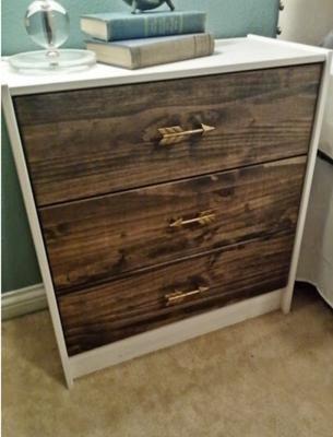 Es económica, de madera y fácil de pintar... Mira cómo tunear el mueble de moda.