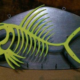 Kézzel készített halszálka formájú falra szerelhető kulcstartó.