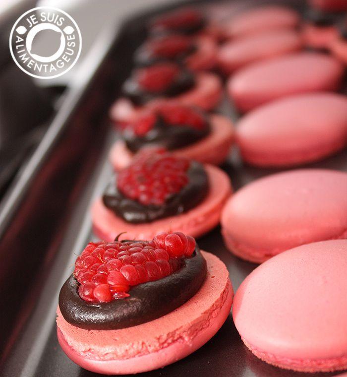 Raspberry Dark Chocolate Macarons | Je suis alimentageuseJe suis alimentageuse