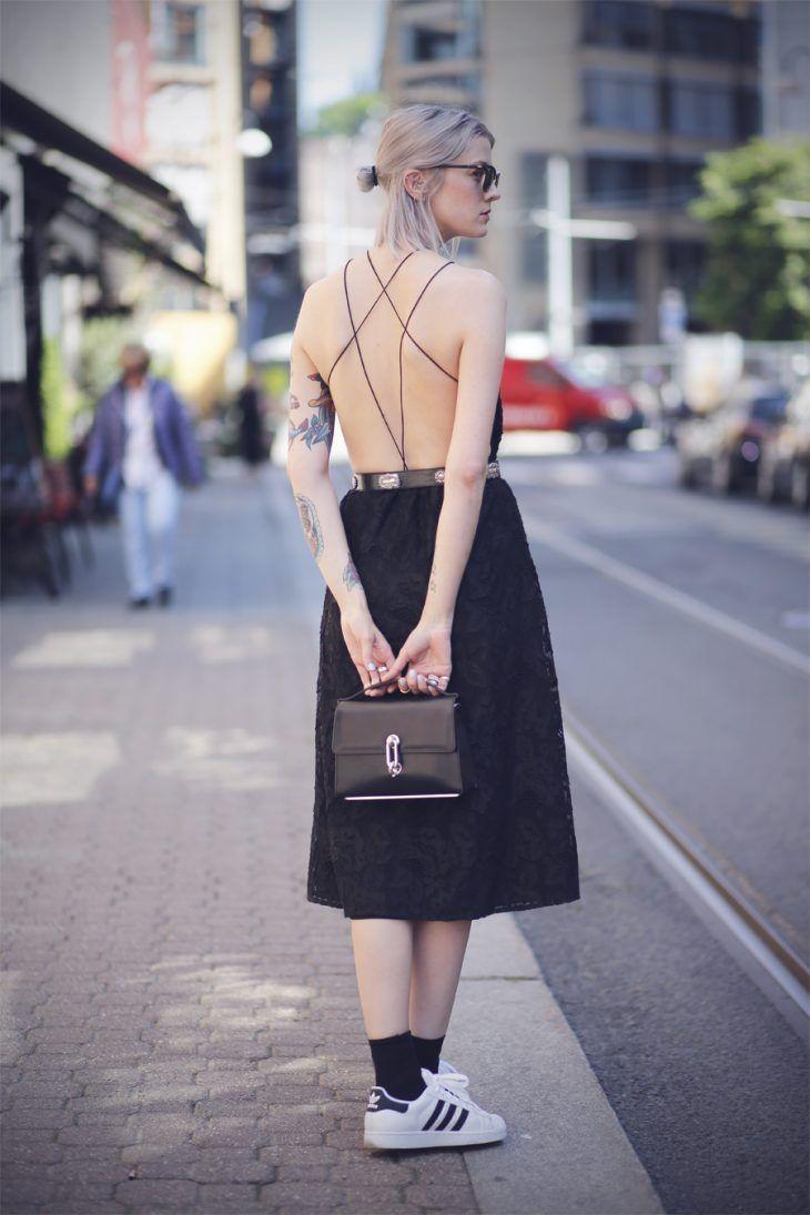 vestido-renda-costas-de-fora-tenis-branco-meia-preta