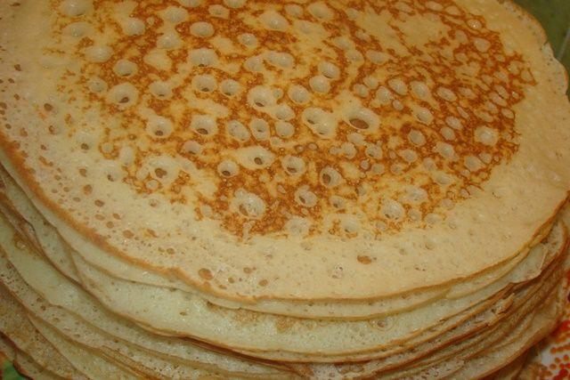 Ажурные блины:  Молоко-4 и 1\2 ст  Дрожжи сухие-10 гр  Яйца-2 шт  Мука-500 гр  Сахар-2 ст.л  Соль-1 ч.л  Масло растительное-3 ст.л  Все продукты смешать.Затем тесто  накрыть пленкой и поставить на 40 минут в теплое место.  Если тесто получается густым,то добавить еще молока.Если жидким слишком-муки  И выпекаем блины.Получаются они ажурными и очень вкусными