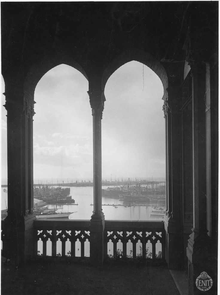 Veduta della città e del porto dal loggiato di Villa Mylius in corso Aurelio Saffi a Genova (1932)